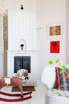 Takka on pelastettu työkeikalla lavasteista ja koottu paikalla. Sen vieressä seinällä on jyväskyläläisen Eila Kinnusen taidetta.