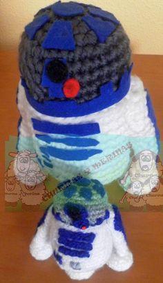 Robot R2 D2 Amigurumi - Patrón Gratis en Español aquí:  http://churrasymerinasmanualidades.blogspot.com.es/2013/07/r2-d2-amigurumi.html