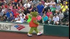 Quand une mascotte veut narguer un agent de sécurité.... ! http://www.dailymotion.com/video/k6CRW7QkBb8TFWjuEvi