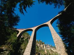 Der Schweizer Bernina Express verspricht eine Reise der Extraklasse. Durchqueren…