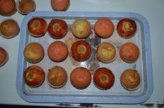 Cupcakes de cabello de ángel con mermelada de fresa, cupcakes con sirope de fresa y cupcakes de vainilla.