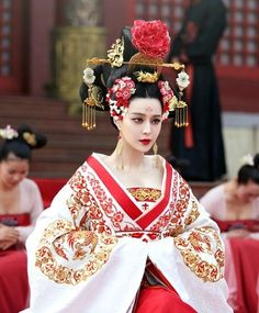 The Empress of China (simplified Chinese: 武媚娘传奇) is a 2014 Chinese television drama based on events in and Tang dynasty, starring producer Fan Bingbing as the titular character Wu Zetian—the only female emperor in Chinese history. Oriental Fashion, Asian Fashion, Fashion Art, Traditional Fashion, Traditional Dresses, Traditional Chinese, Chinese Style, Clothes Draw, Wu Zetian