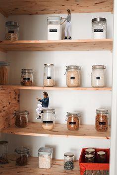Ne jetez plus vos bocaux vides. Découvrez mon étagère à bocaux, plus écolo et beaucoup plus pratique. Floating Shelves, Nova, Sweet Home, Blog, Home Decor, Canning Jars, Custom In, Kitchens