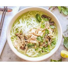 The thai green curry with chicken, rice is a bowlful of warm rice noodles topped with ginger poached chicken, etc. equals to a bowlful of yum, yes? Chicken Udon, Chicken Rice Noodles, Curry Noodles, Grilled Teriyaki Chicken, Asian Noodles, Healthy Crockpot Recipes, Healthy Chicken Recipes, Healthy Dinner Recipes, Asian Recipes
