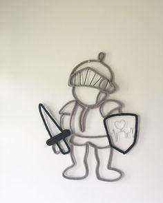 🗡🛡❤️Ce petit Guerrier pour Charles a une signification bien particulière .... Charles est un petit combattant , son petit cœur a du être rafistolé déjà 2 fois depuis sa naissance . Tu es bien fort et courageux petit homme . Vous avez vu dans son bouclier ?? #tricotin #petitguerrier #tricoticota #commandesurmesure #etsy Wire Crafts, Diy And Crafts, Decoration Pirate, I Cord, Creation Couture, Wire Art, Knit Patterns, Crochet, Macrame