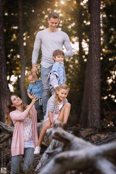 Portret van een gezin in het bos aan het spelen