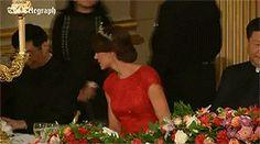 Kate Middleton, duchesse de Cambridge, venu avec son mari le prince William, somptueuse dans une robe rouge, était assise à la droite du président chinois Xi Jinping lors du dîner officiel donné par Elizabeth II à Buckingham Palace le 20 octobre 2015 en l'honneur de sa visite d'Etat. Robe : Jenny Packman