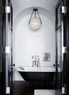 Minimalista com atitude. Veja mais: http://www.casadevalentina.com.br/blog/detalhes/minimalista-com-atitude-2863 #details #interior #design #decoracao #detalhes #decor #home #casa #design #idea #ideia #charm #minimalista #minimalist #charme #casadevalentina #bathroom #banheiro
