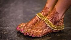 Tips to Shop the Best South Indian Wedding Jewellery Looking for best South Indian style wedding jewellery? Here are our quick tips and designs guide on what jewellery style you need to shop this season. Silver Jewellery Indian, Indian Wedding Jewelry, Bridal Jewelry, Gold Jewellery, Silver Jewelry, Indian Bridal, Indian Wedding Henna, Indian Mehendi, Silver Earrings