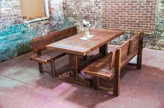 mesa con bancos de madera natural