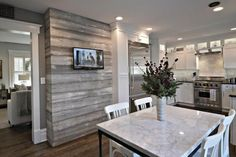 Kitchen Living Rooms Remodeling Gray shiplap accent wall in kitchen for modern style - How to decorate with shiplap walls. Design inspiration from 8 rooms with shiplap. What is shiplap and how can you use it for a farmhouse look. Farm House Living Room, Accent Wall In Kitchen, Shiplap Living Room, Accent Walls In Living Room, Shiplap Accent Wall, Grey Accent Wall, Modern Farmhouse Kitchens, Flooring Trends, Living Room Accents