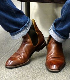 Chelsea boots are definitely men's wardrobe staple. Find out all you need to know about how to wear chelsea boots and my recommendations of best choices. Chelsea Boots With Jeans, Brown Leather Chelsea Boots, Jeans And Boots, Brown Boots, Me Too Shoes, Men's Shoes, Shoe Boots, Dress Shoes, Reebok