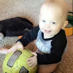 Really we can call him baby tomlinson he has a football in his hand Louis Tomlinson, Tomlinson Family, Waterloo Road, Freddie Reign Tomlinson, Felicite Tomlinson, Briana Jungwirth, Popular Bands, One Direction Harry, Louis And Harry
