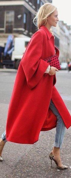 Красивое красное пальто