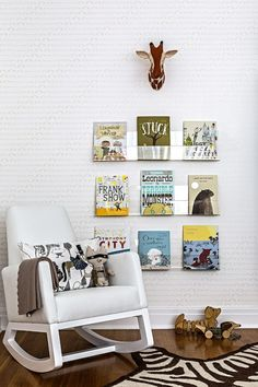 We love this modern take on a library wall + reading nook in the nursery!