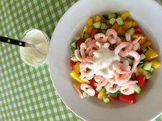 Rejer i et lyskryds  med mayo/creme fraiche/citron/dild- dressing.  Elsker weekend-frokoster