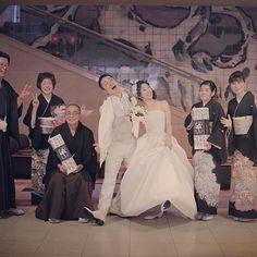 #サンプラザシーズンズ  パーティー終了!  最後にご家族と媒酌人さんと一緒に集合写真撮影、、 そう  媒酌人さんいらっしゃいます。  なのに  真面目ぶらずに元気いっぱいで撮影しちゃった!  笑  #結婚写真 #花嫁 #プレ花嫁 #卒花 #結婚 #結婚式 #結婚準備 #婚約 #婚 #カメラマン #プロポーズ #前撮り #ロケーション前撮り #写 #ブライダル #ウェディングフォト #ウェディング #写真好きな人と繋がりたい #結婚式コーデ #結婚式前撮り #結婚式カメラマン #weddingphoto #wedding #weddingphotography #instawedding #bridal #ig_wedding #bumpdesign #バンプデザイン
