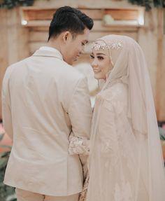 Wedding Couple Poses Photography, Wedding Poses, Wedding Photoshoot, Wedding Couples, Muslimah Wedding Dress, Hijab Wedding Dresses, Disney Wedding Dresses, Muslim Brides, Muslim Couples