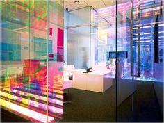 Films de #décoration de vitrage #3M #Dichroic Effets dichroiques innovants pour l'architecture et #design 3M™ Dichroic. L'utilisation de verres à effet dichroïque est en vogue dans l'architecture moderne. Leurs propriétés de réflexion des différentes fréquences de la lumière visible tout en laissant passer les autres permettent d'obtenir un effet chromatique chatoyant unique qui change en fonction de l'éclairage et de l'angle de vue.    http://www.megamark.fr #Megamark