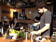 De bar van brouwerij Maximus: twee pellets tegenover elkaar met een plank erop