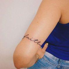 Tatuagem com escrita delicada no braço