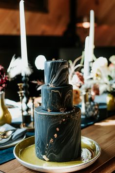 Fabulous gold and black marbled wedding cake with gold flakes | image by Eileen Meny Photography #weddingcake #weddingcakeinspo #goldweddinginspo