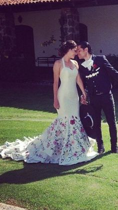 Flower Embroidered Long Tail and Flowers Embroidered Wedding Dress