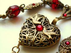 hermoso corazón con piedras rojas