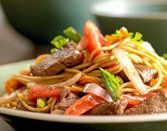 Receta: Tallarines saltados con lomo Ingredientes: 600 gramos de lomo fino en bastones 4 cucharadas de aceite de oliva una taza de cebolla en jul