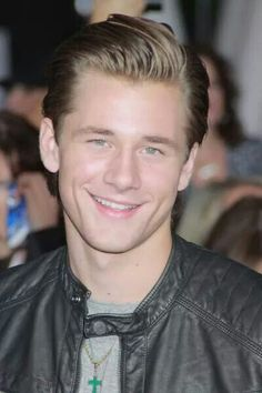 Look at his eyes omg Luke Benward, Hunter Parrish, Kendall Schmidt, Dove Cameron, His Eyes, Celebrity Crush, Celebs, Male Celebrities, Sexy Men