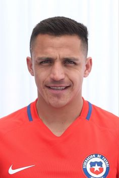 Alexis Sanchez Haircut: How to Achieve His Look - Men's Hairstyles Fifa, Alexis Sanchez, Messi And Ronaldo, National Football Teams, English Premier League, Arsenal Fc, Boy Hairstyles, Football Players, Manchester United