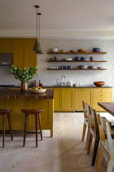 okergeel interieur okergele keuken Home Decor Kitchen, Kitchen Interior, New Kitchen, Home Kitchens, Kitchen Dining, Kitchen Decorations, Modern Kitchens, Rustic Kitchen, Kitchen Ideas