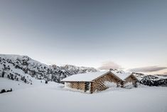 Good alpine wood - love, love, love this beautiful chalet in Northern Italy. NOA studio built the chalets in a dramatic alpine meadow in the Zallinger resort, South Tyrol. Italy Architecture, Architecture Photo, School Architecture, Alpine Chalet, Journal Du Design, Concrete Houses, South Tyrol, Design Studio, Design Art