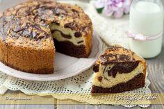 Torta marmorizzata un dolce classico per la colazione. Una ricetta facile, con ingredienti semplici. Una torta con impasto bicolore alla vaniglia e cacao.
