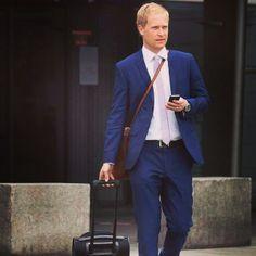 Tiger of Sweden suit (model Nedvin) i blue. Brown leather bag and a skinny Tiger of Sweden tie #suits #suit #tigerofsweden #nedvin #bluesuit