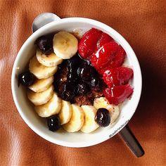 My Casual Brunch: Papas de aveia com canela, banana, morangos e mirtilos