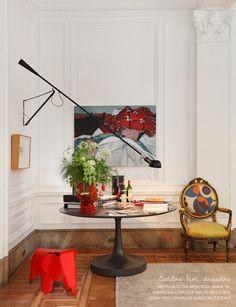 Todo charme das boiseries, aquelas molduras delicadas que enfeitam paredes. Veja mais: http://www.casadevalentina.com.br/blog/materia/paredes-com-boiseries.html  #decor #decoração #wall #parede #detalhe #details #interior #design #casadevalentina
