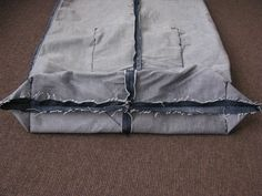 Sewing bags of jeans Diy Bags Jeans, Diy Bags Purses, Denim Tote Bags, Diy Tote Bag, Denim Bag Patterns, Bag Patterns To Sew, Artisanats Denim, Large Toiletry Bag, Tote Bag With Pockets