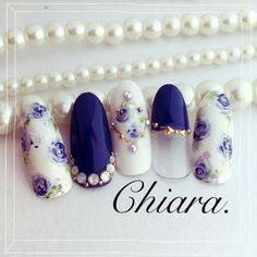 Flower. & bijou♡ nail♡ Instagram → yochan4.nail #くりぬき #ビジュー #フラワー #デート #オールシーズン #パーティー #春 #ネイビー #ホログラム #リボン #ジェルネイル #お客様 #ホワイト #ハンド #YokoShikata♡キアラ #ネイルブック