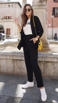 30 Best Street Style Outfits To Wear This Fall casual style perfection / black suit + yellow bag + tee + sneakers Street Style Outfits, Fashion Outfits, Fall Outfits, Fashion Styles, Fashion Boots, Black Sneakers Outfit, Sneakers Style, Outfits Pantalon Negro, Black Women Fashion