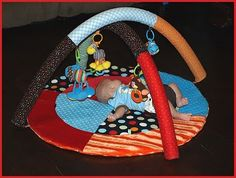DIY Baby Activity Gym from pool noodles! Sewing for my Baby Boy The Babys, Baby Activity Gym, Activity Mat, Pool Noodle Crafts, Baby Shower Niño, Baby Boy, Diy Bebe, Play Gym, Pool Noodles