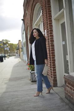 Style, Beauty and Inspiration curated by Tanesha Awasthi, for the unapologetically confident GIRL WITH CURVES. Pantalones Boyfriend, Vaqueros Boyfriend, Jeans Boyfriend, Plus Size Fashion For Women, Plus Size Womens Clothing, Plus Size Outfits, Boyfriend Jeans Kombinieren, Cooler Look, Outfit Trends