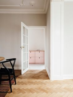 I found this kitchen so beautiful. I confess I'm not the crazy one of colors because I prefer neutral furniture and play with colors only in the details of the decoration... via Krone Kern