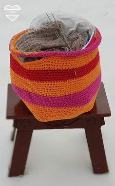 Virkattu kassi käsitöille Bassinet, Sewing, Knitting, Crochet, Bed, Handmade, Home Decor, Crib, Dressmaking