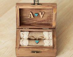 Boîte de bague de mariage - détail charmant pour une journée de mariage parfait. ♡ Après avoir utilisé comme support de bague, les oreillers de jute peuvent être retirés et vous pouvez avoir une boîte à souvenirs.  Faites-nous savoir comment vous souhaitez personnaliser boîte :  ✽ Vous pouvez choisir ce que vous préférez à lintérieur de la boîte : -deux petits coeurs : avec vos initiales -forme de coeur : avec vos initiales et la date du mariage (s'il vous plaît noter que les noms et prénoms…
