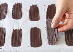 How to Make Chocolate Brush Strokes – Quick and Easy Photo Tutorial! How to Make Chocolate Brush Strokes – Quick and Easy Photo Tutorial!: Let the Chocolate Brush Strokes Dry Chocolate Work, How To Make Chocolate, Melting Chocolate, Chocolate Candy Cake, White Chocolate, Dessert Mousse, Bon Dessert, Cake Decorating Techniques, Cake Decorating Tips