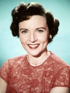 Betty White: the comeback queen of comedy Happy Birthday Betty White! This week Betty White celebrates her birthday and I've been . Betty White, Vintage Hollywood, Vintage Glam, Vintage Beauty, Hollywood Glamour, Hollywood Stars, Classic Hollywood, Golden Girls, Famous Women