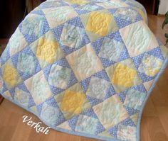 Dětská deka Dětská deka velikosti 82x82 cm může sloužit jako zavinovačka, na přikrytí a jako hrací deka. Deka je bohatě prošitá na stroji i ozdobená ručním quiltem. Deku lze dobře udržovat prát do 40°C, odstřeďovat a žehlit.