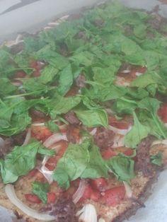 Godaften :-)  I går hyggede jeg hos en god veninde, og det indebar selvfølgelig lækker, sund middag. :-)  Det blev til blomkålspizza og dertil bønnefritter (længe leve SU) ;-)  Du kan finde opskriften på bønnefritter her. Til en bradepande-pizza - to meget sultne - skal du bruge: 1 b....