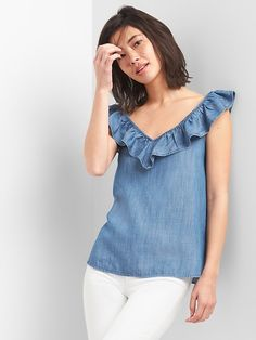 Gap Womens Sleeveless Ruffle V-Neck Top In Tencel™ Medium Wash Look Fashion, Fashion Outfits, High Collar Blouse, Blouse Models, Latest African Fashion Dresses, Summer Blouses, Mod Dress, Denim Top, Denim Outfit